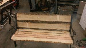 gietijzeren bankje met houtwerk